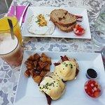 tostadas con huevos, huevos benedictine y zumos