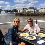 """déjeuner en terrasse """"restaurant O Deck"""" sur les quais face à la ville de Nantes"""