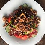 Bunter Salat mit Wildkräutern aus der Region und warmen Pfifferlingen