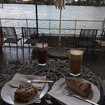 Kakao, Kaffee und Kuchen bei bestem Wetter und Blick aus dem goldenen Pavillon auf die Elbe