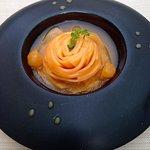 Rose, soupe et billes de melon, marinées au basilic