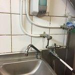 En réponse au commentaire précédent voici le lave main du personnel de cuisine bien a vous Godel