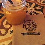 Jugo de naranja natural y recién exprimido