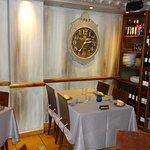 Este es un rincón de su confortable comedor Doña Josefa con 8 mesas atendidas de maravilla .