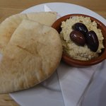 Hummus wit Pitta (and excellent Olives)