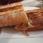bocata de bacon con queso (el pan es increíblemente bueno)