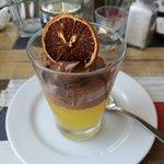 Postre del día, gelatina de naranja sobre mousse de chocolate.
