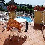 Balkon mit Blick auf den Pool; Metallstuhl ohne Sitzkissen sehr ungemütlich!