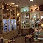 Questo è l'interno del negozio, qui troverete riproduzioni di ceramica etrusca e di gioielli ant