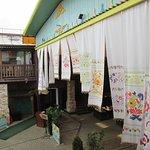 Входная зона ресторана украшенная нарядными полотенцами