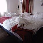 lit accolé à gauche à la fen^tre (derrière le rideau)