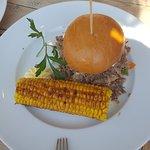 Außergewöhnlicher Duck Burger mit Maiskolben.