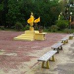 Wat Pikulthong Standing Buddha照片