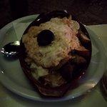 Πατάτες σπέσιαλ με τυροκαυτερή-γραβιέρα-σουτζούκι