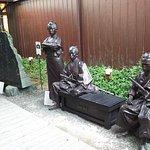 中庭にある銅像