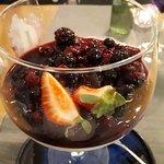 Sobremesa de gelado e frutos vermelhos