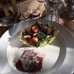 Салат с королевскими креветками в корзинке из сыра