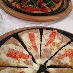 Pizza gourmet con tagliata e pizza gourmet con gambero rosso
