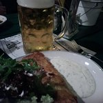 Rösti gefüllt mit Lachs, dazu Salat und Kräutersoße. Leicht und lecker:-)