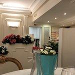 Pareti e stucchi bianchi, bei tavoli di servizio di legno, un pavimento spettacolare!