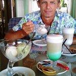 Латте с мятным сиропом и фисташковое мороженое)