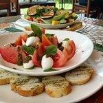 Refeições saudáveis e deliciosas, você pode montar suas saladas escolhendo todos os ingredientes