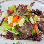 Теплый салат с пряной телятиной и печеным сладким перцем