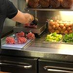 Scegli la carne La pesa  E la prepara!
