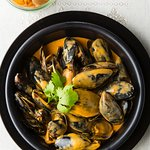 Mussels with fries and garlic-red pepper sauce