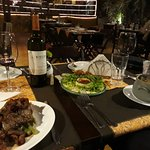 Jantar perfeito: filé mignon à cavalo, risoto de filé mignon com parmesão e vinho tinto riscos.