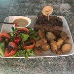 Voici pour info un faux filet de 300 grammes garni de pommes de terre rôties d une salade mixte