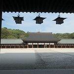 外拝殿からはここまでが限界ですね。本殿は遥か先で見る事すらできません。見えてるのは内拝殿です。