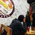 Ven disfruta de nuestras comidas y deja tu huella en nuestra pared de recuerdos