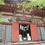総社拝殿。狩野永納筆の壁画が内外の壁にあります。