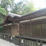 摂社の出雲建雄神社(拝殿の向かい側の石段の上にあり、ここの拝殿も国宝)も素敵な建造物です。