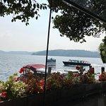 Вид на озеро из-за столика.