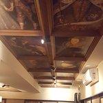 Драники, перепёлка с овощным муссом и деталь интерьера - потолок
