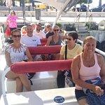 """Je suis la personne avec le t-shirt jaune à bord du bateau """"le canaille""""."""