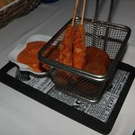 Croqueta de ceps y brocheta de langostino con salsa de romescu