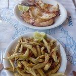 Calamaro alla griglia e pesciolini fritti
