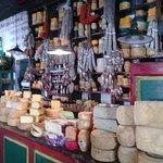este es el salón de entrada, es la venta de quesos y fiambres típicos de la zona de Tandil.