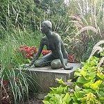 Statue au milieu de belles plantations
