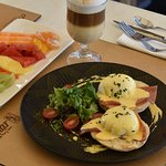 DESAYUNO EUROPEO, Nuestro Desayuno incluye Huevos Benedictinos, Jugo, Bebida Caliente, Fruta Pic