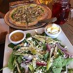 Pesto pizza & spinach salad