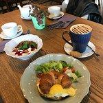 Наш завтрак: круасан с лососем и гранола с йогуртом