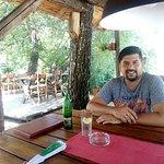 Dvoriste restorana Sajka,sa drvenim stolovima i stolicama, za one koji vole prirodan ambijent