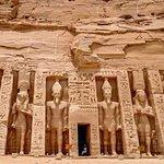 il tempio minore ad Abu Simbel dedicato a sua moglie la regina Nefertari
