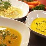 Løksuppe, gulrotsuppe og grønnsakssuppe. Vi har både veganske og vegetariranske supper!