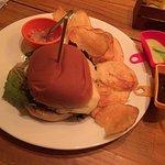 Chutney de abacaxi maravilhoso, com chips da casa e o sensacional hamburguer