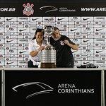 Taça da Libertadores com a esposa